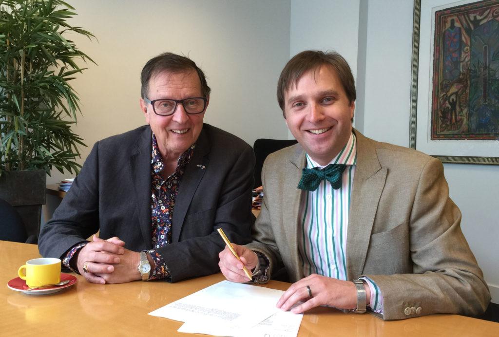 Jan Swinkels & KlaasJan van Hees signeren oprichtingsdocumenten